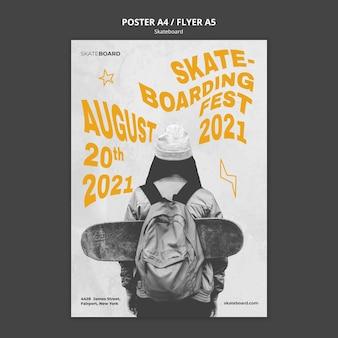 Vertikales plakat für skateboarding mit frau
