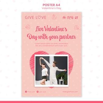 Vertikales plakat für valentinstag mit foto des paares