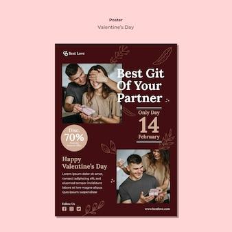 Vertikales plakat für valentinstag mit romantischem paar