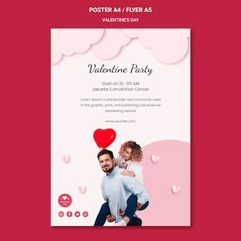 Vertikales plakat für valentinstag mit verliebtem paar
