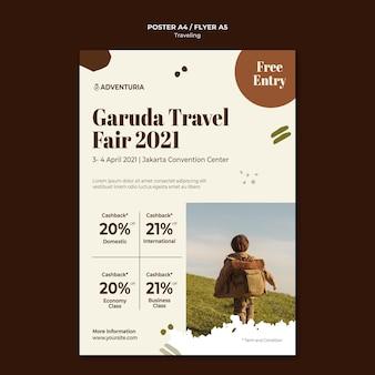 Vertikales plakat mit dem reisenden reisenden kind des rucksacks