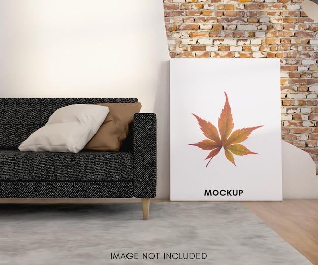Vertikales postermodell auf dem boden mit sofa
