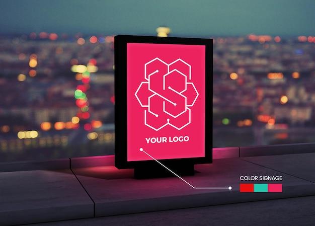 Vertikales quadratisches logo-mockup auf der straße mit bearbeitbaren farben