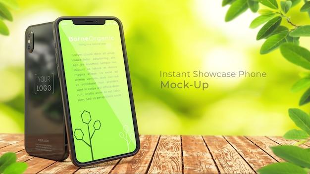 Vervollkommnen sie perfektes organisches iphone x modell von zwei 3d iphone x auf rustikalem holztisch mit grünem, natürlichem, organischem, undeutlichem baumhintergrund mit kopienraum psd-modell oben