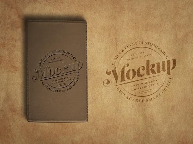 Vintage oder retro logo mockup auf altem strukturiertem papier und schaumtagebuch