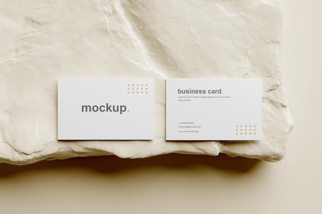 Visitenkarten-mockup-draufsicht mit weißem felsen