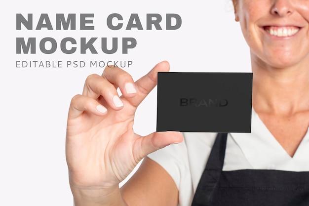 Visitenkarten-mockup-psd, präsentiert von einer frau