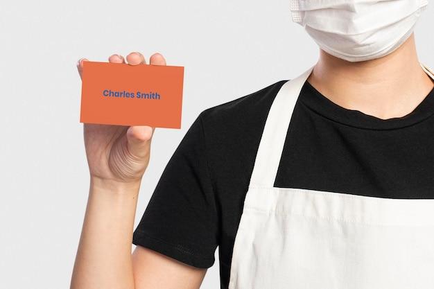 Visitenkarten-mockup-psd, präsentiert von einer frau Kostenlosen PSD