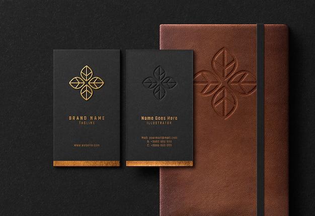 Visitenkarten- und notebook-modell mit goldgeprägtem und geprägtem effekt