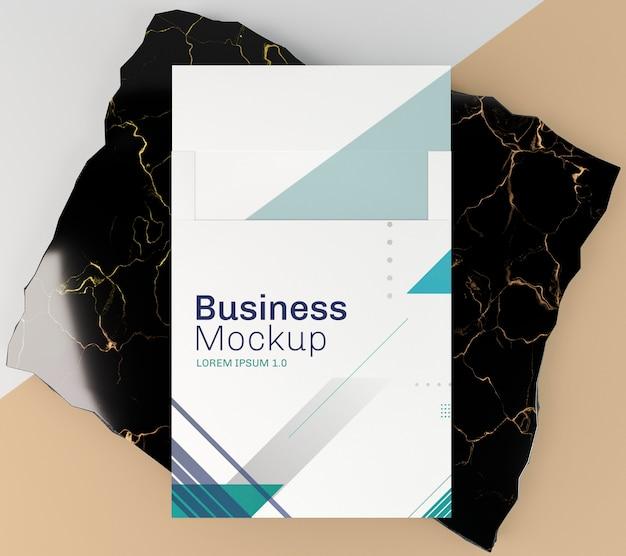 Visitenkartenmodell auf schwarzem marmor