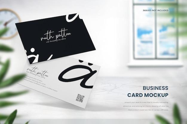 Visitenkartenmodell von zwei visitenkarten auf marmortisch