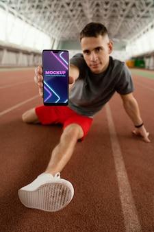 Voller schuss mann mit smartphone-modell