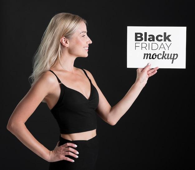 Vorderansicht der frau mit schwarzem freitag-konzept