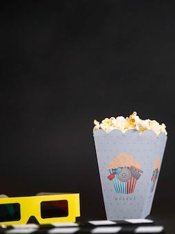 Vorderansicht der kinobrille mit popcorn und kopierraum
