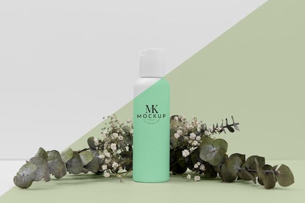 Vorderansicht der schönheitsproduktflasche mit pflanze