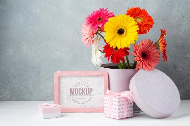 Vorderansicht des gänseblümchen-topfes mit geschenken und rahmen