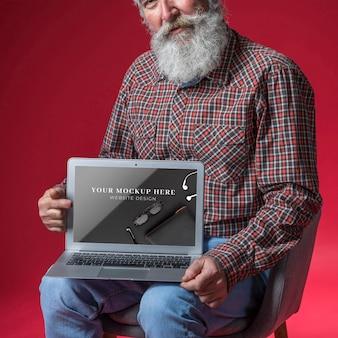 Vorderansicht des modells des älteren mannes