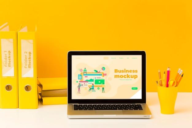 Vorderansicht des schreibtisches mit stiften und laptop
