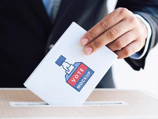 Vorderansicht männlich setzen stimmzettel modell in box
