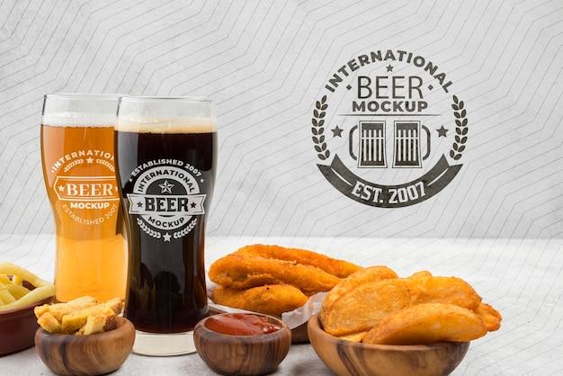 Vorderansicht von biergläsern mit einer auswahl an snacks
