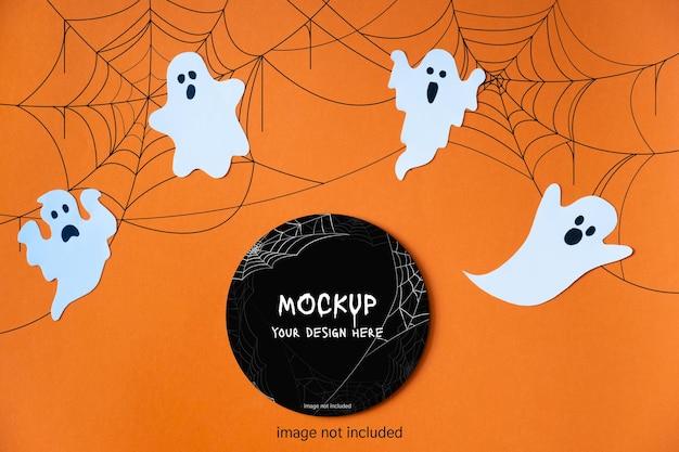 Vorlage für halloween mit dekorativen niedlichen geistern auf orangem hintergrund. schwarzer kreis-layout. attrappe, lehrmodell, simulation