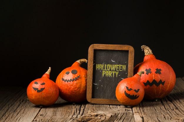 Vorstand mit halloween-meldung und kürbisen