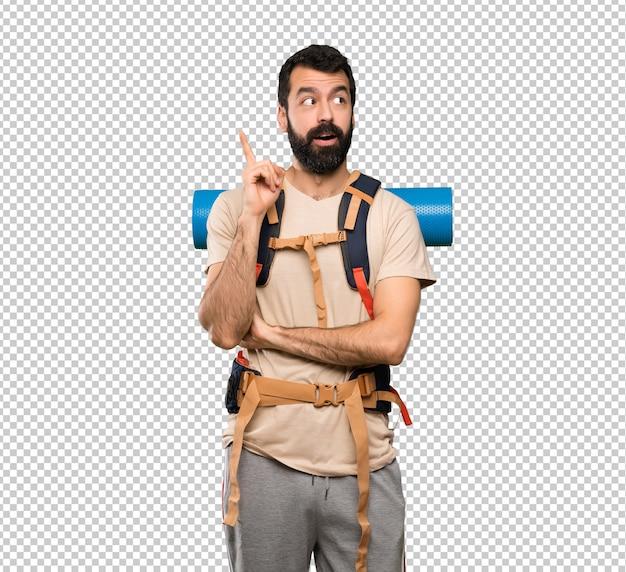 Wanderermann, der eine idee zeigt den finger oben denkt