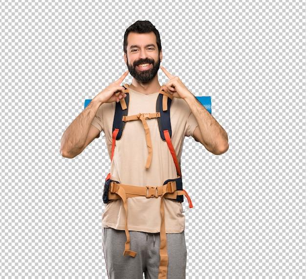Wanderermann, der mit einem glücklichen und angenehmen ausdruck lächelt