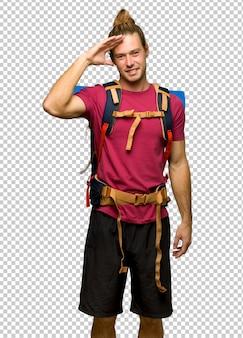 Wanderermann mit dem bergwanderer, der mit der hand begrüßt