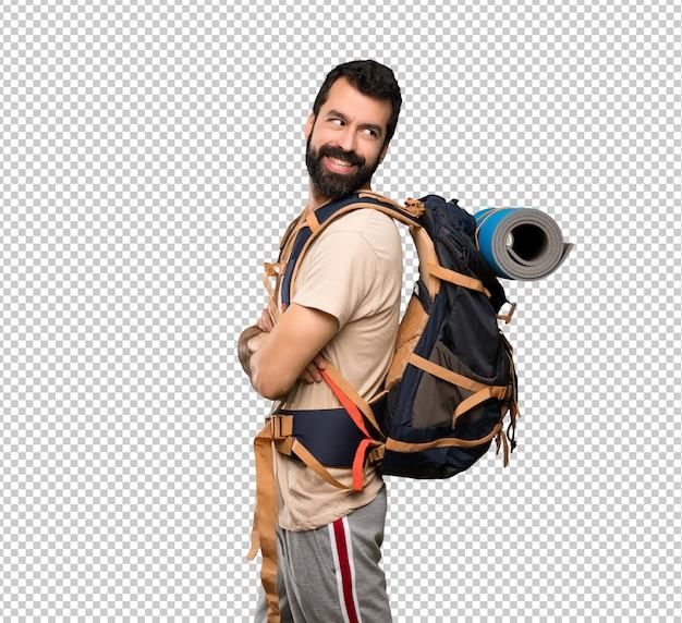 Wanderermann mit den armen gekreuzt und glücklich