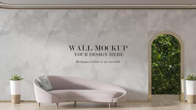 Wandmodell hinter hellrosa sofa