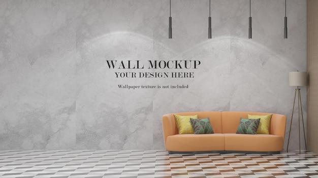 Wandmodell hinter orangefarbenem sofa
