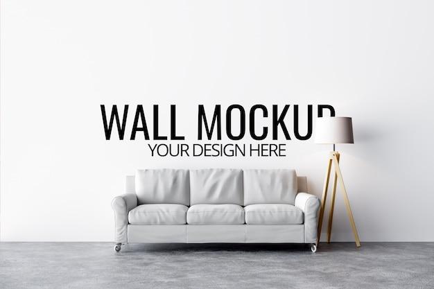 Wandmodell im weißen innenraum mit sofa und dekoration