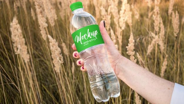 Wasserflasche in der hand mockup