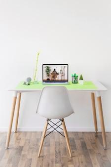 Websitemodell mit laptop auf schreibtisch