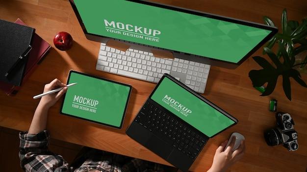 Weibliche hände, die mit computer- und tablettenmodell arbeiten