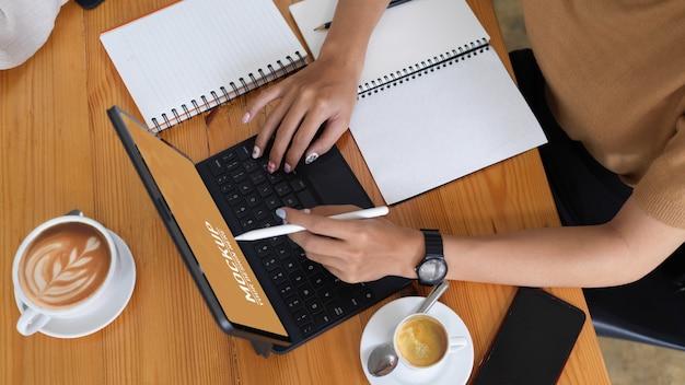 Weibliche hände unter verwendung des digitalen tablettenmodells
