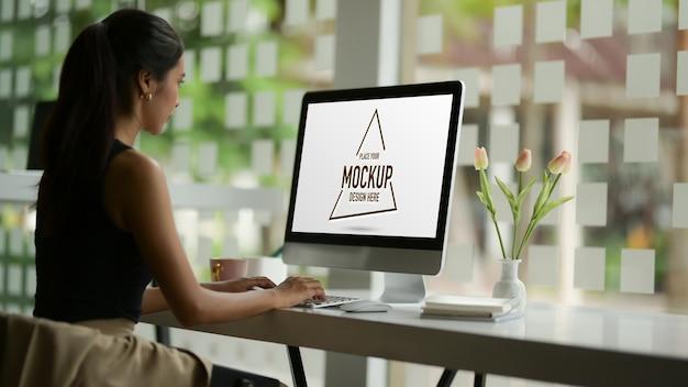 Weibliche modedesignerin, die mit modellcomputer arbeitet