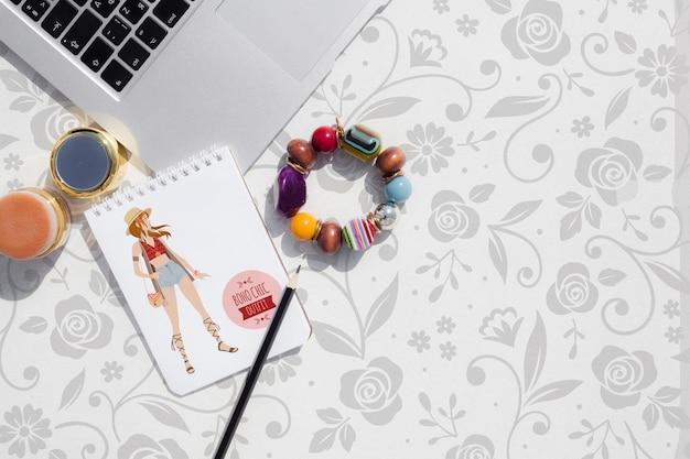 Weibliche produkte des modells auf arbeitsbereich