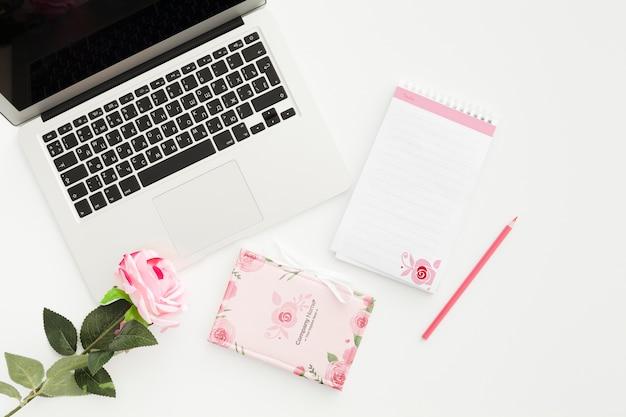 Weibliches schreibtischkonzept am büromodell
