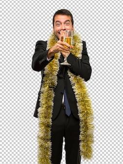 Weihnachtsfeiertag ereignis. mann mit champagner feiert neues jahr 2019