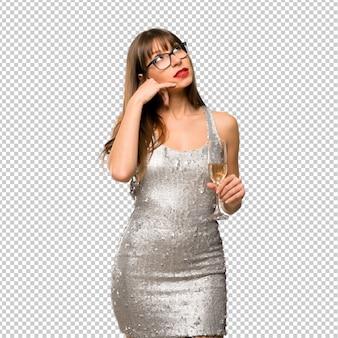Weihnachtsfeiertage. frau, die ein paillettenbesetztes kleid mit dem champagner feiert neues jahr 20 trägt