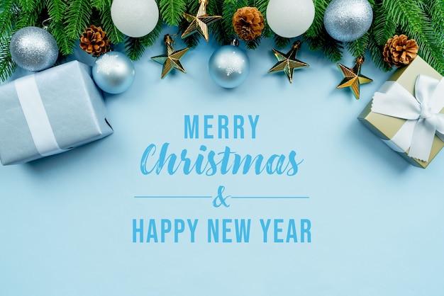 Weihnachtsgeschenk und kiefer mit weihnachtsdekorationsmodell