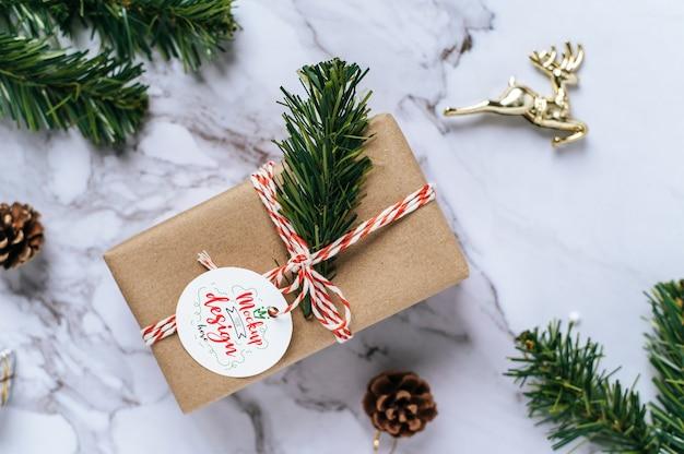 Weihnachtsgeschenkanhänger auf geschenkbox psd