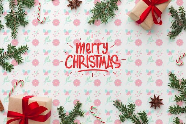 Weihnachtsgeschenkboxen auf draufsicht des blumenhintergrundes