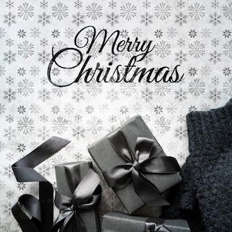 Weihnachtsgeschenke auf nettem hintergrund mit schneeflocken