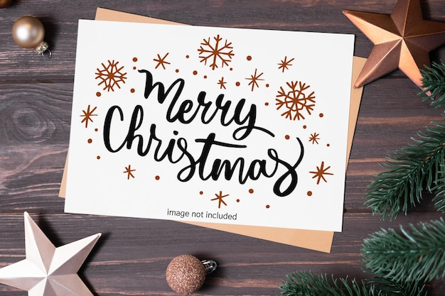 Weihnachtsgrußkarte mit leerem platz für feiertagstext leere weihnachtskarte auf holztisch