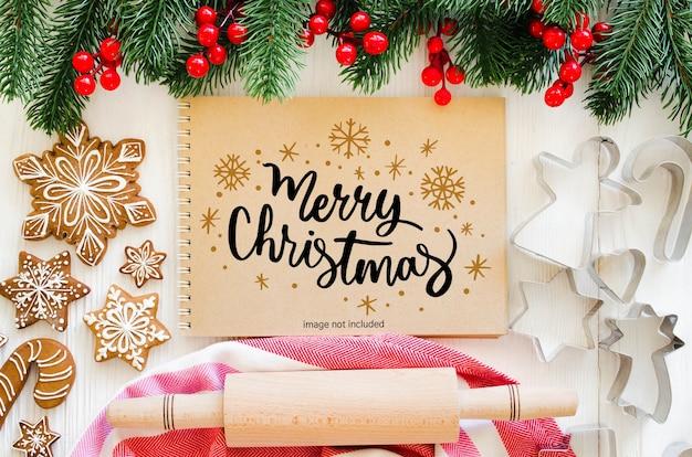 Weihnachtshintergrund mit notizbuchmodell, küchenutensilien für lebkuchen