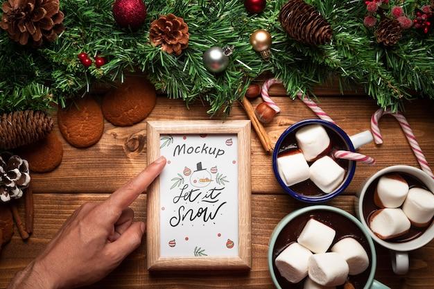 Weihnachtskiefernverzierung und heiße schokoladen mit rahmenmodell