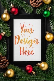 Weihnachtskomposition mit leerem bilderrahmen. bunte verzierungen, tannenzapfen und tannennadeldekorationen. mock up grußkarte vorlage